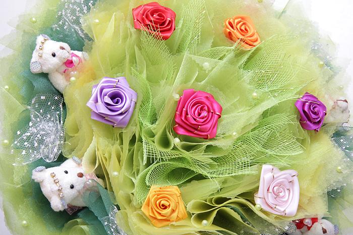 мы декорируем букет многослойными воланами и кружевами из органзы украшая их искусственным жемчугом, розочками из лент, лилиями и другими цветами